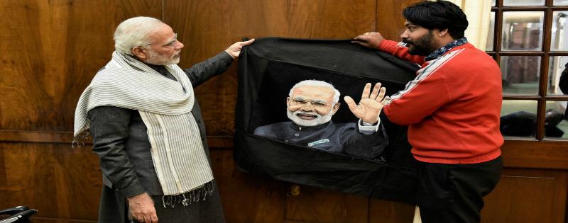 pm modi ko thread artist arun kumar ne kalakrti bhet ki