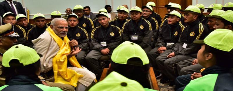 pm narendra modi ne ladakh ke football players or north sikkim ke students se mulakat ki