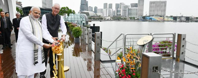 pm narendra modi ne singapore me kiya mahatma gandhi pattika ka anavaran